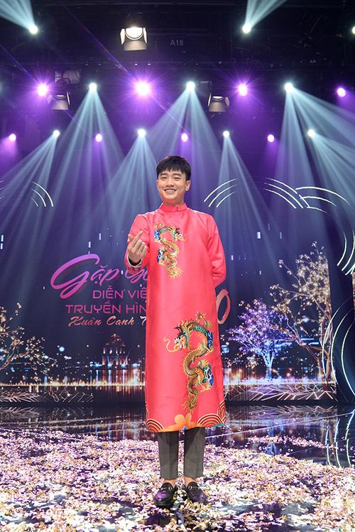 Nam diễn viên thích thú khi diện áo dài đỏ in họa tiết rồng thuộc bộ sưu tập mới nhất của Đức Hùng.