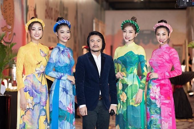 Đạo diễn Hoàng Nhật Nam (giữa) thực hiện chương trình.
