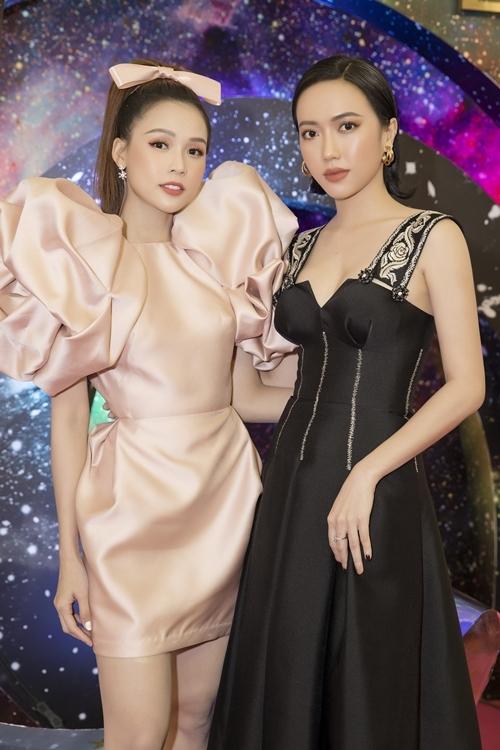 Diệu Nhi (phải) diện trang phục thanh lịch đi event.