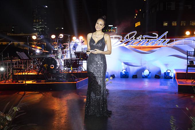 Phương Mai nhờ 'vú em' chăm sóc con trai hơn 1 tháng tuổi để chạy show MC. Cô đảm nhận vai trò dẫn dắt cho đêm private concert của nghệ sĩ violin Hoàng Rob, diễn ra trên một du thuyền hạng sang.