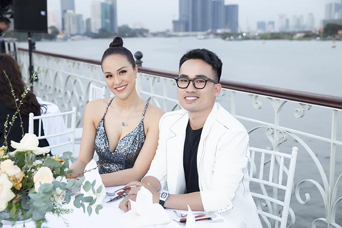 Tại sự kiện, Phương Mai hội ngộ bạn thân là NTK Hà Duy. Anh rất bất ngờ với khả năng giảm cân thần tốc của nữ MC và khen nhan sắc của cô ngày càng mặn mà, quyến rũ.