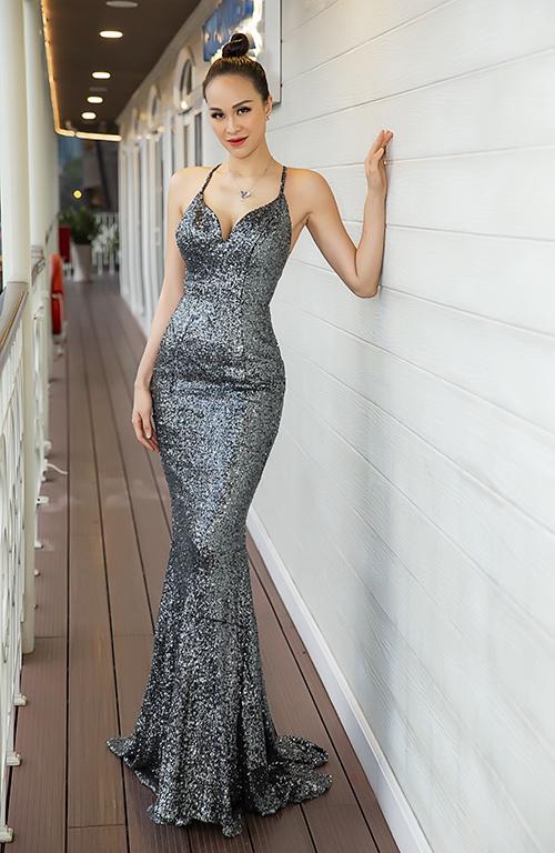 Nữ MC diện váy đuôi cá bó sát, khoe vóc dáng gợi cảm. Cô chia sẻ, đây là bộ váy cũ mà NTK Hoàng Minh Hà may cho cô từ nhiều năm trước. Sau 7 tuần sinh con, cô đã trở về số cân như thuở son rỗi là 55kg nên mới tự tin mặc lại bộ đầm cũ.
