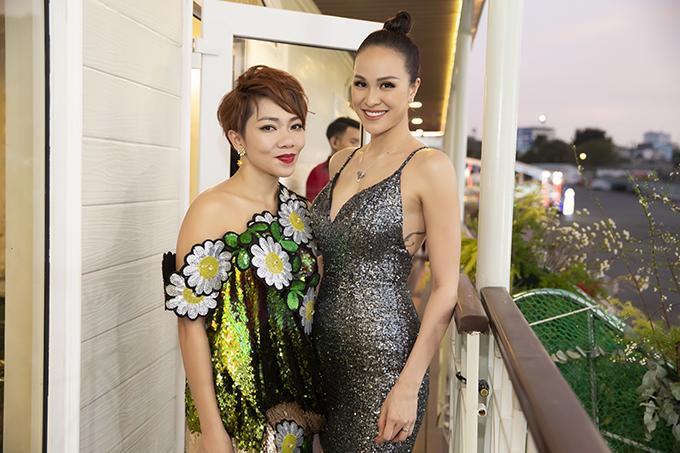 Ca sĩ Hà Trần, khách mời của đêm nhạc, cũng tỏ ra ngạc nhiên trước việc Phương Mai nhanh chóng trở lại showbiz và chạy show dù vẫn trong thời gian ở cữ.