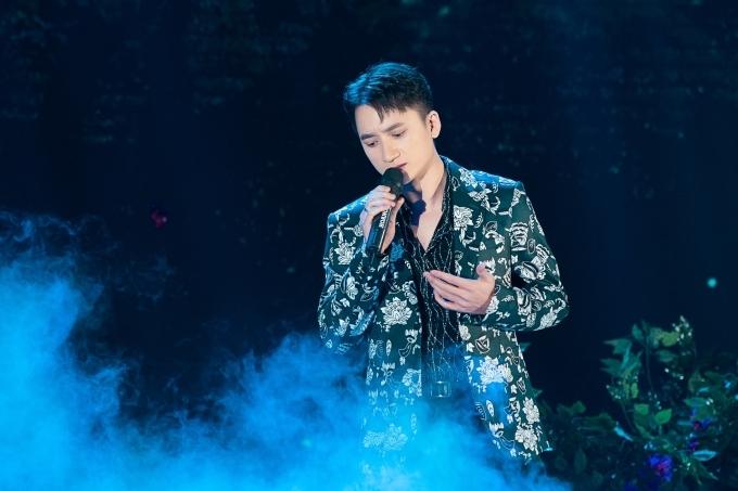 Phạn Mạnh Quỳnh thể hiện ca khúc Có chàng trai viết lên cây - nhạc phim Mắt biếc.