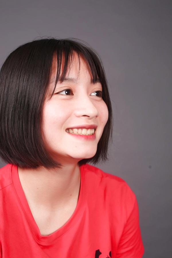 Trước khi thẩm mỹ, hàm trên của Loan hơi quặp vào, răng ố vàng, dễ mẻ.