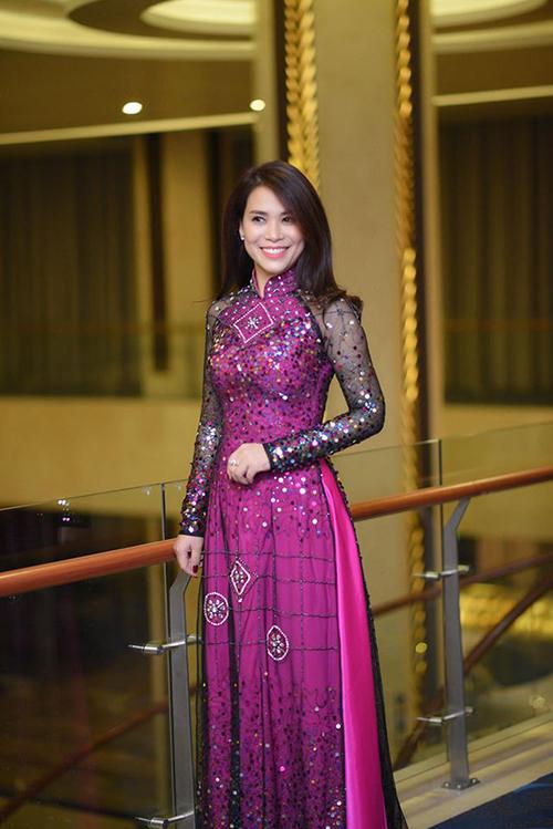 Vóc dáng cao ráo, thon gọn giúp cô chinh phục được nhiều kiểu trang phục khác nhau.