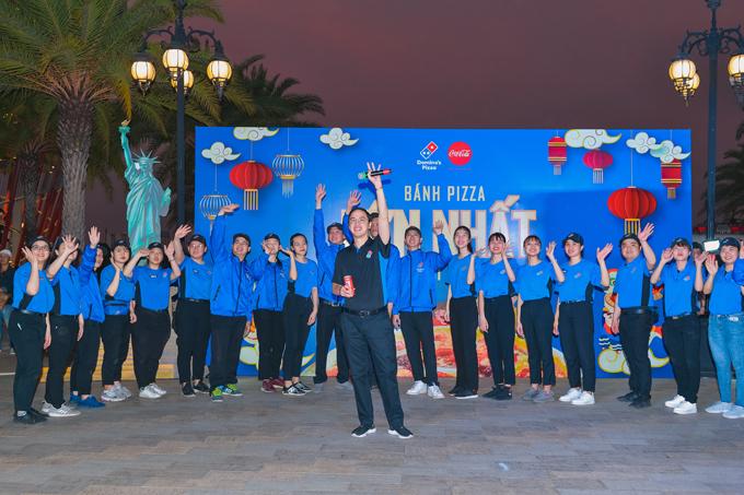 Doanh nhân Louis Nguyễn - CEO Domino's Việt Nam và đội ngũ nhân viên gửi lời chúc mừng năm mới đến khách hàng và du khách.