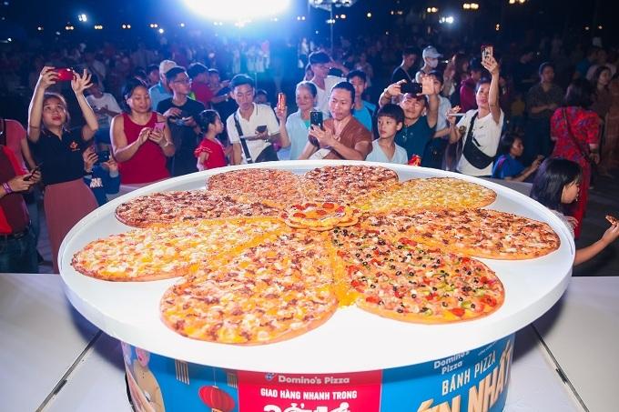 Đông đảo người dân thành phố và du khách quốc tế đến thưởng lãm, chụp ảnh cùng chiếc pizza độc đáo này.