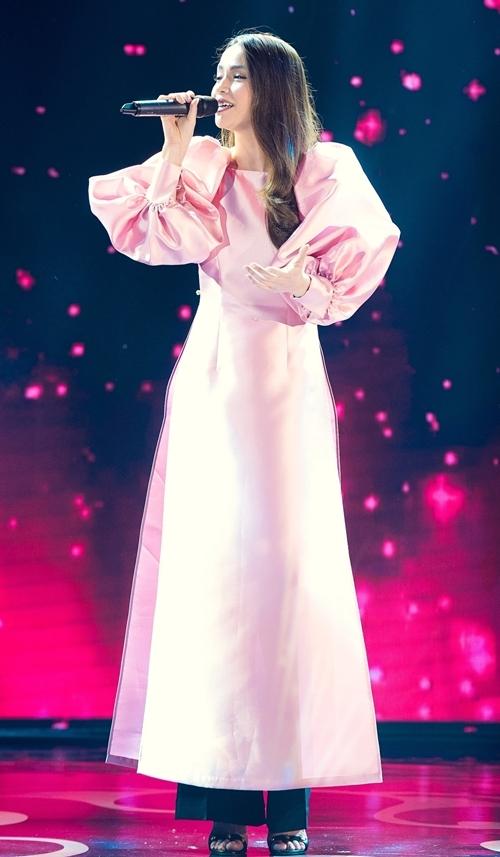 Nữ ca sĩ trình diễn nhiều ca khúc: Mùa đẹp nhất, Như hoa mùa xuân
