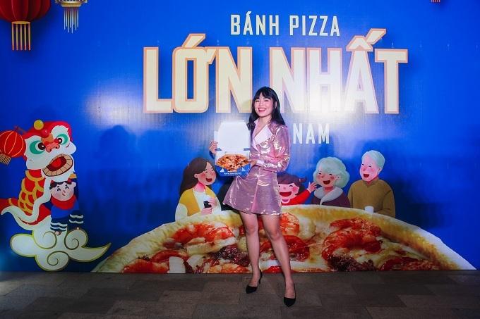 Khánh Vâncho biết cô có niềm đam mê mãnh liệt với bánh pizza. Một đến hai tuần, diễn viên trẻ lại cùng bạn bè đến thưởng thức pizza tại Domino's.