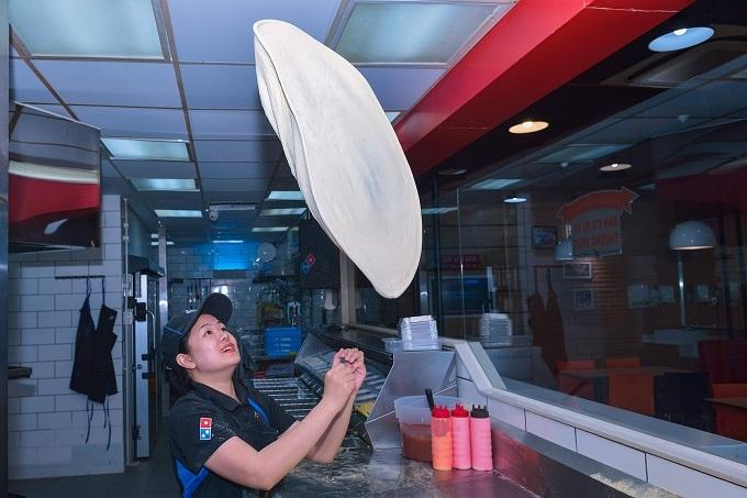 Màn tán bột điêu luyện để làm đế bánh cho từng cánh hoa của nghệ nhân Huỳnh My (Top 10 Fastest Pizza Maker châu Á, Top 1 Việt Nam)