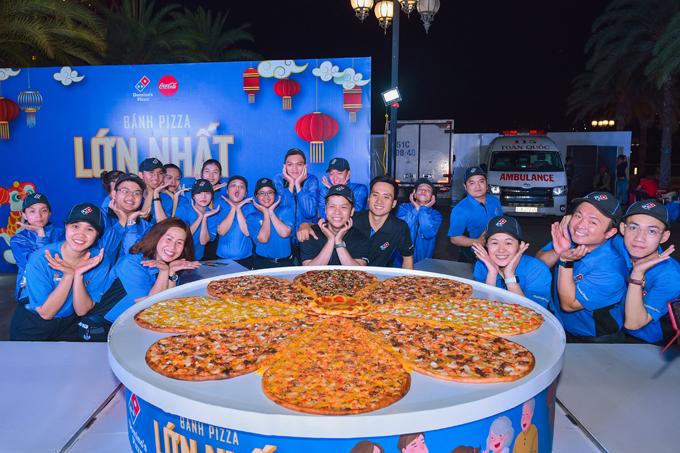 Bánh có đường kính 1,5m, được làm từ các nguyên liệu tươi như bột, nấm, tôm, mực, trứng, bò, xúc xích, pepperoni, rau củ, phô mai, cà chua, bắp, thanh cua... và được thực hiện trong 2 giờ bởi 20 nghệ nhân từng tranh tài trong cuộc thi Người làm bánh Pizza nhanh nhất Việt Nam và châu Á.