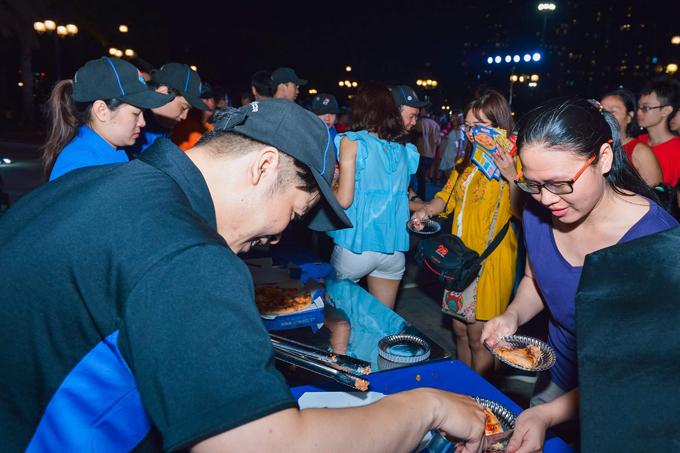 Tham gia sự kiện, du khách được thưởng thức hương vị thơm ngon của bánh Pizza Domino's Qua hoạt động giới thiệu Bánh pizza lớn nhất Việt Nam, Dominos muốn chứng minh cho thực khách thấy sự sáng tạo, không ngừng học hỏi và phát triển của thương hiệu. Đặc biệt, với chiếc bánh pizza khổng lồ mang hình dáng hoa mai, Domino's thể hiện sự quan tâm, thấu hiểu văn hóa và sở thích của người Việt Nam.