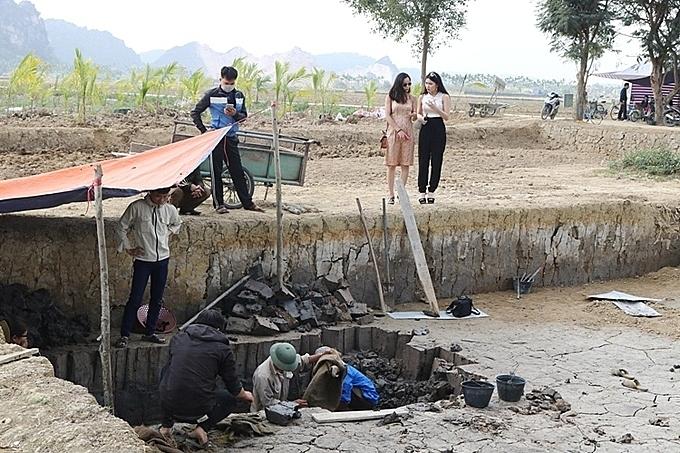 Bãi cọc cổ Cao Quỳ vừa phát lộ đang được các nhà khảo cổ học nghiên cứu là điểm đến cuối cùng của Tânhậu Amy Thảo Nguyễn. Ảnh: Giang Chinh