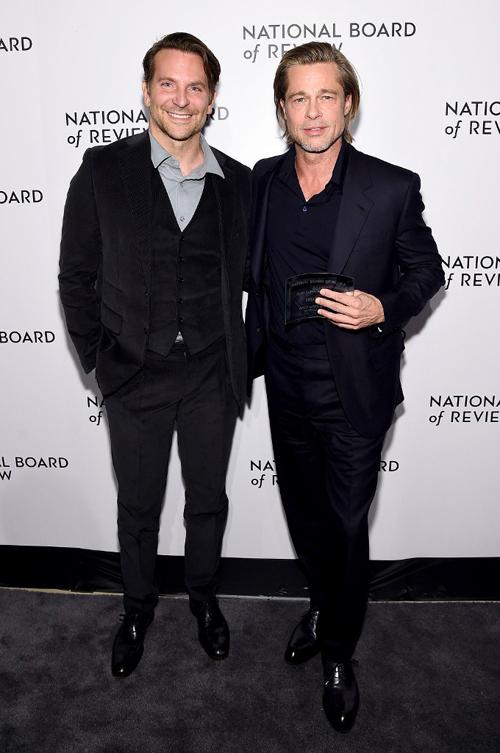Bradley (trái) và Brad tại lễ trao giải National Board of Review. Ảnh: AFP.