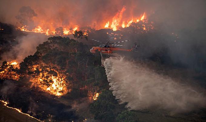 Trực thăng cứu hộ phun nước chữa cháy rừng ở Australia. Ảnh: PR Image.