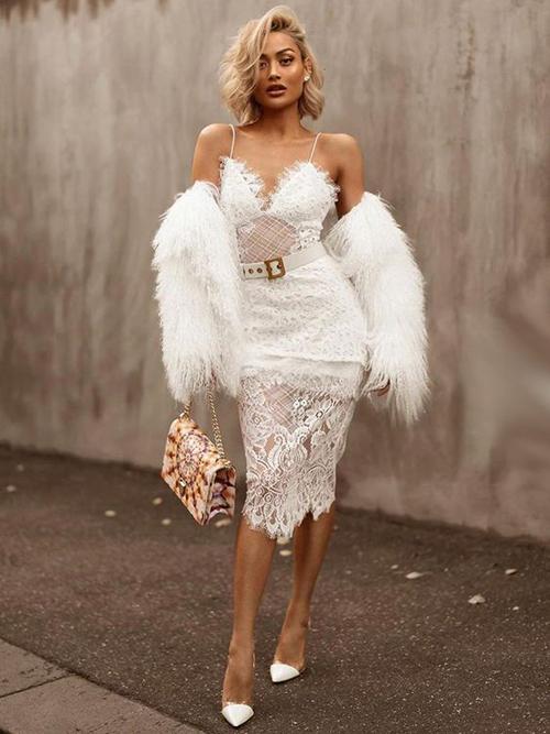 Khi xuất hiện ở những buổi tiệc sang trọng, váy đi tiệc theo phong cách gợi cảm và quyến rũ là món đồ không thể thiếu.