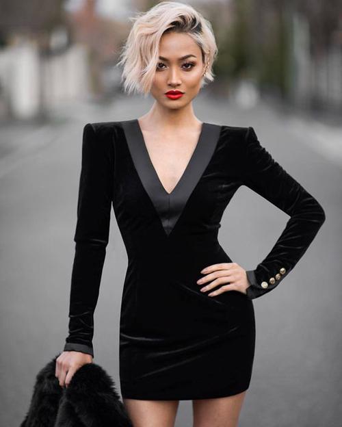 Váy nhung thiết kế cổ chữ V, vai ngang vừa tạo nét bí ẩn vừa tăng phần cá tính cho các bạn gái yêu tông đen.