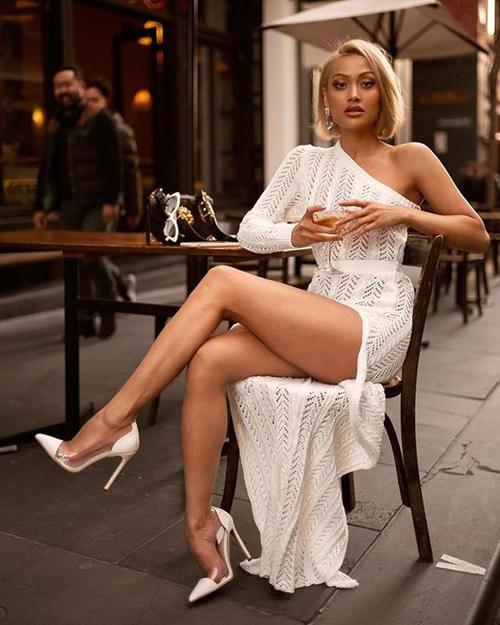 Những kiểu váy ren trang nhã đi kèm chi tiết cut-out sẽ giúp người mặc khoe nét gợi cảm một cách ý nhị.