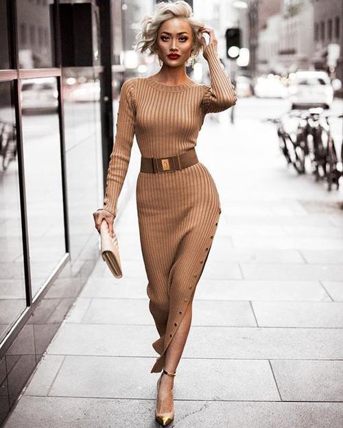 Đầm ôm sát body, váy xẻ cao vẫn là những trang phục dễ sử dụng và phô trương gần như trọn vẹn đường cong của phái đẹp.