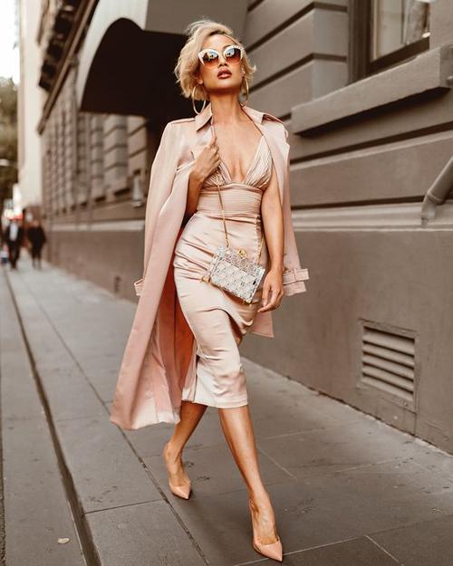Diện váy hai dây gợi cảm trên các chất liệu hoa ren, lụa satin, các nàng có thể chọn thêm áo lông vũ, áo choàng mỏng để thể hiện vẻ sang chảnh cùng xu hướng xuân 2020.