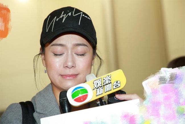 Hoàng Tâm Dĩnh về Hong Kong hồi cuối năm ngoái, cô khóc xin lỗi dư luận.