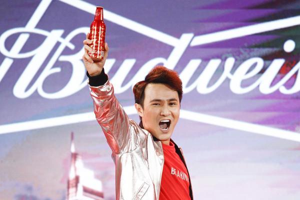 Huỳnh Lập tạo tiếng cười duyên dáng khi tham gia Tet Talks của Budweiser.