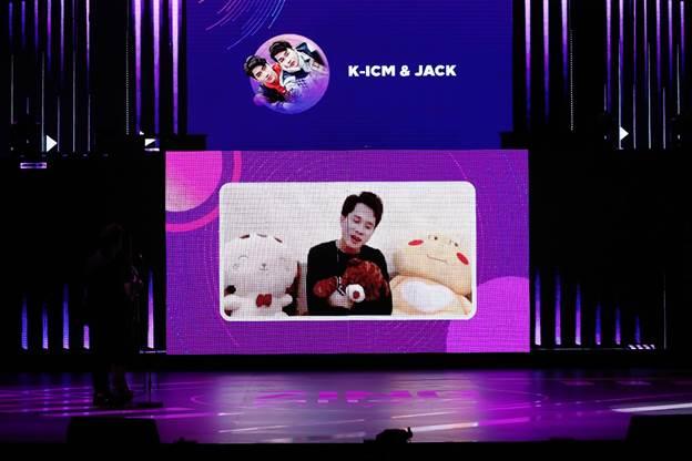 Jack gửi lời cảm ơn fan trên sân khấu.