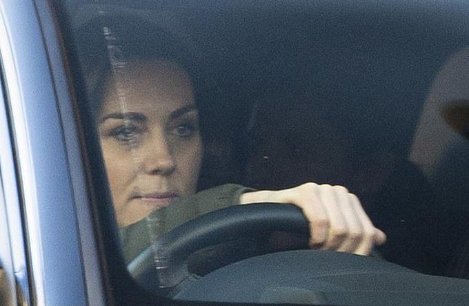 Kate lái xe về Điện Kensington sáng 9/1. Ảnh: Backgrid.