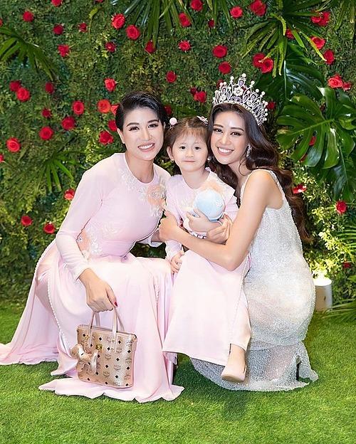 Trang Trần đưa con gái đi dự sự kiện có sự góp mặt của Hoa hậu Khánh Vân. Cựu người mẫu hỏi: Em có trở thành hoa hậu 2034 không?.