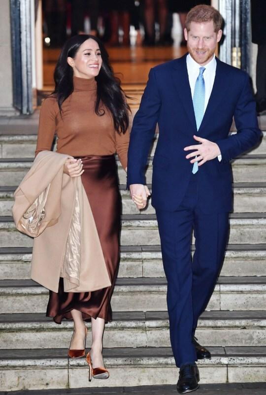 Cặp đôi dự định sẽ đi về giữa Anh và Canada sau tuyên bố rút khỏi vai trò thành viên cấp cao của hoàng gia Anh. Ảnh: Mirror.