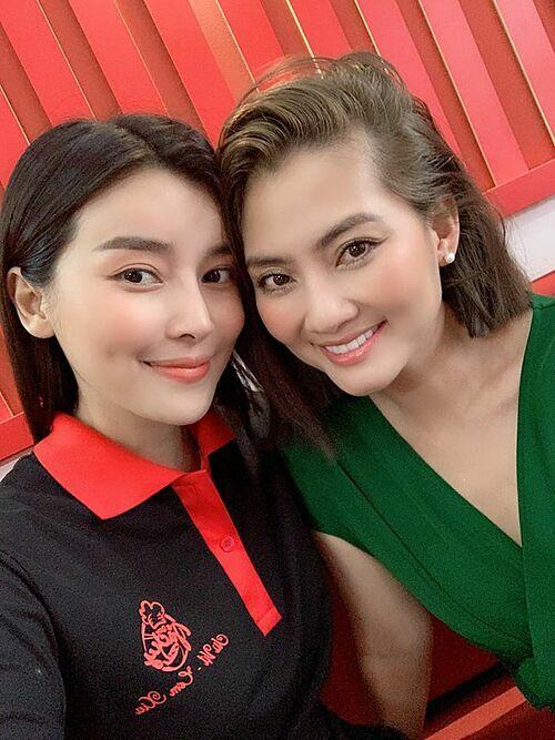 Ngọc Lan chúc mừng Cao Thái Hà khai trương cửa hàng bán vịt quay ở TP HCM.