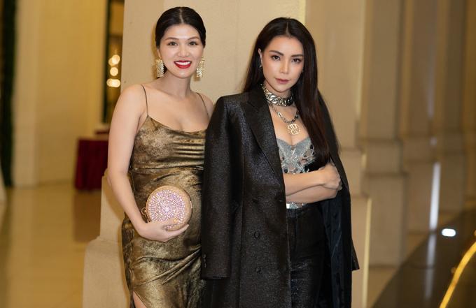 Oanh Yến là bạn thân của Trà Ngọc Hằng. Hai người đẹp vui vẻ chụp ảnh khi hội ngộ.