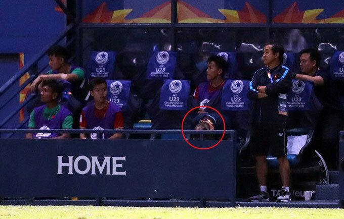 Thầy Park không dám nhìn quả penalty hụt - 1