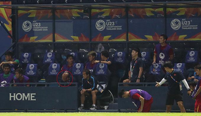 Thầy Park không dám nhìn quả penalty hụt - 2