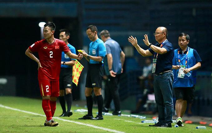 Thầy Park không dám nhìn quả penalty hụt - 4