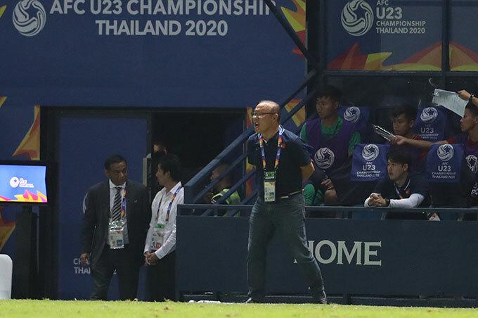 Thầy Park không dám nhìn quả penalty hụt - 6