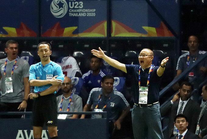 Thầy Park không dám nhìn quả penalty hụt - 9