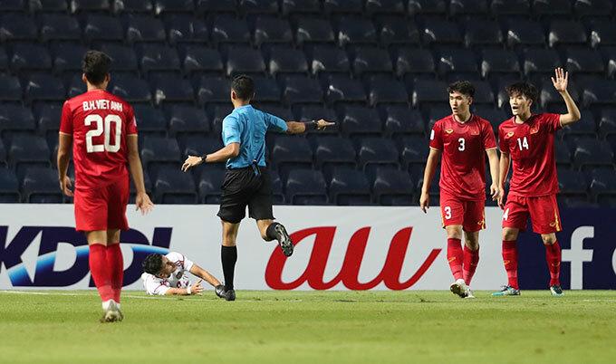 Trọng tài người Singapore ngay lập tức chỉ tay vào chấm phạt đền vì cho rằng Tấn Sinh đốn ngã đối thủ trong vòng cấm.