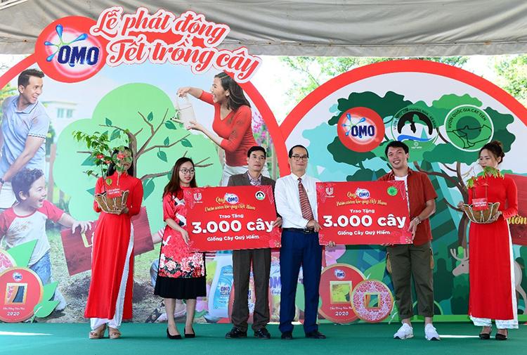 Đại diện nhãn hàng OMO trao tặng các giống cây quý hiếm cho đại diện của hai vườn quốc gia.