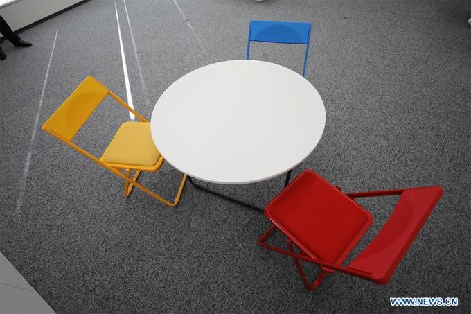Bộ bàn ghếđược cho là sẽ sử dụng tại làng Olympictrưng bày tại buổi họp báo