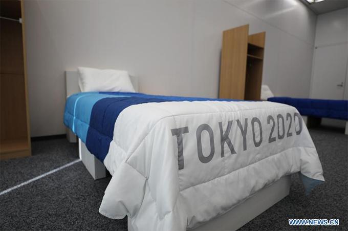 The Sun hài hước bình luận vì là giường đơn nên các VĐV sẽ cảm thấy bất tiện nếu muốn sex trong làng Olympic.