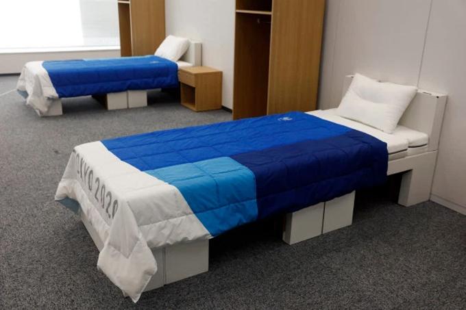 Bên cạnh giường đơn, VĐV tham dự Olympic có thêm một kệngăn kéo nhỏ ở bên cạnh và một tủ đồ cá nhân bằng gỗ.