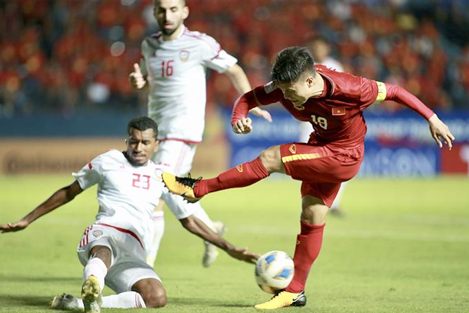 Quang Hảiđi bóng và dứt điểm quyết đoán trong vòng cấm nhưng hậu vệ UAE kịp cản phá. Ảnh: Đức Đồng.