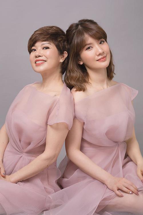 Ngọc Huyền thường được khen trẻ hơn tuổi và trông như hai chị em khi đứng cạnh con gái lớn.