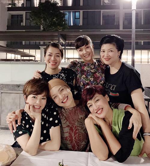 Nghệ sĩ cũng thường xuyên hội ngộ những người bạn thân thiết tại nhà hát Tuổi Trẻ như NSND Lê Khanh, Tú Oanh, Vân Dung...
