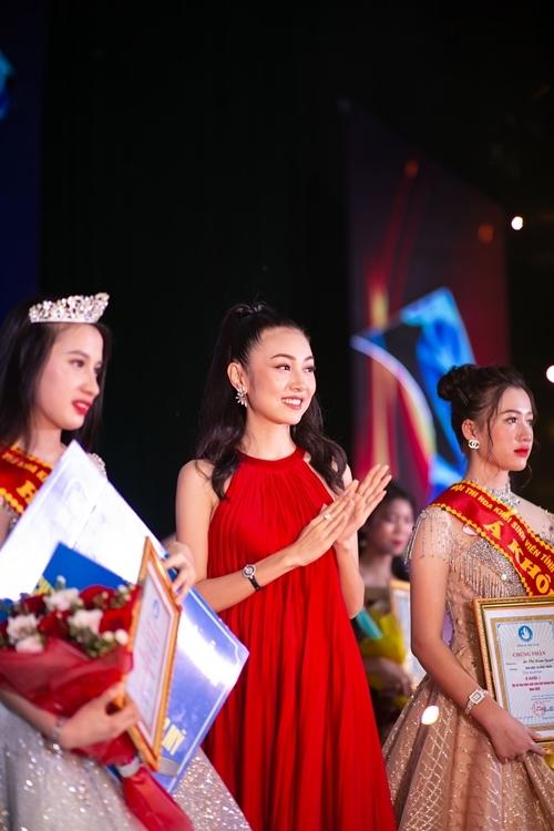 Bùi Nữ Kiều Vỹ (giữa) trao giải cho thí sinh.