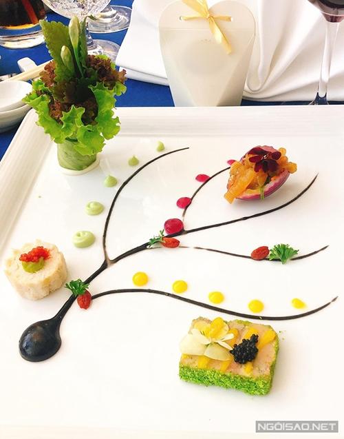 Món khai vị được vẽnhư một nhánh hoa, gồm terrine gan ngỗng, gỏi sứa biển, bánh cua và salad trái bơ. Đặc biệt, pate gan ngỗng kiểu Pháp béo ngậy, chế biến công phu thường xuất hiện trong những nhà hàng cao cấp trên thế giới.