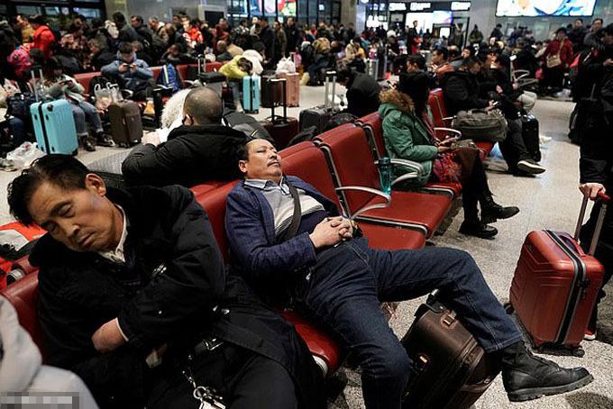 Bắt đầu từ ngày 10/1, hàng triệu người dân đã rời các thành phố lớn để trở về quê hương cùng gia đình đón Tết Nguyên đán 2020. Hành trình di chuyển, được gọi là cuộc di dân lớn nhất thế giới hàng năm này, bắt đầu từ 10/1 và dự kiến sẽ kéo dài trong 40 ngày cho tới 18/2 tới.
