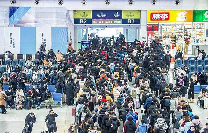 Theo Xinhua, ước tính có 11,5 triệu hành khách đi tàu về quê trong ngày đầu tiên của cuộc di dân khổng lồ này, trong khi đó có hơn 400 triệu vé tàu đã được bán ra.